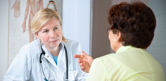 Doctor and patient discuss breat cancer risk from HRT
